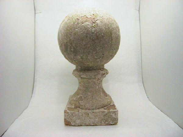 Kugel auf Fuss weiss-antik 55 cm